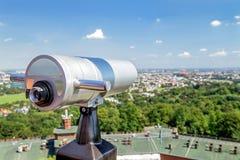 Telescopio turístico para el paisaje que explora en Kraków y x28; Cracow& x29; Fotografía de archivo libre de regalías