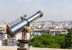 Telescopio turístico que pasa por alto París de la colina de Montmartre Pari Imagen de archivo