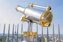 Telescopio turístico sobre el paisaje de París en una terraza Imágenes de archivo libres de regalías