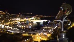 Telescopio turistico, vista romantica di notte di bella città illuminata alla spiaggia archivi video