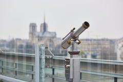 Telescopio turístico con la opinión escénica sobre Notre Dame Imagen de archivo libre de regalías