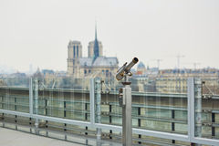 Telescopio turístico con la opinión sobre Notre Dame en París, Francia Fotos de archivo libres de regalías