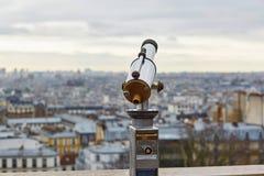 Telescopio turístico que pasa por alto la colina de Montmartre Foto de archivo