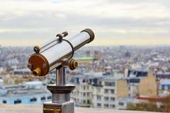Telescopio turístico que pasa por alto Montmartre Imagen de archivo libre de regalías