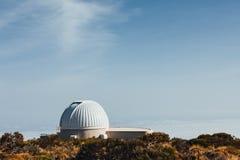Telescopios astronómicos del observatorio de Teide en Tenerife imagen de archivo