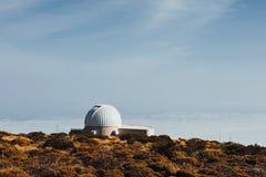 Telescopios astronómicos del observatorio de Teide en Tenerife imagenes de archivo