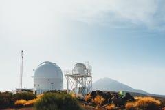 Telescopios astronómicos del observatorio de Teide en Tenerife imágenes de archivo libres de regalías