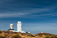 Telescopios astronómicos del observatorio de Teide en Tenerife fotografía de archivo