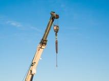 Telescopische boom van een vrachtwagen opgezette kraan met haak Stock Afbeeldingen
