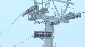 Telesilla de funcionamiento del esquí en la niebla almacen de metraje de vídeo