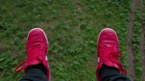 Telesilla de la opinión del cablecarril del POV en zapatillas de deporte del rojo del bosque almacen de metraje de vídeo