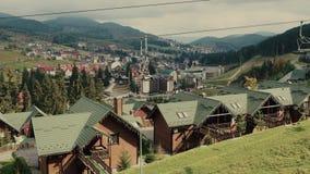 Telesilla del cablecarril o funicular el otoño del top de la montaña almacen de video