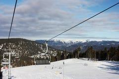 Telesilla del esquí. Invierno. Fondo de la montaña Imágenes de archivo libres de regalías