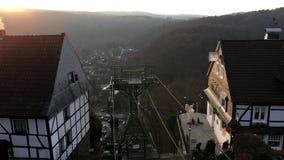 Telesilla en el Burg del castillo (Burg de Schloss) en Solingen con hermosa vista sobre ciudad y las montañas en sistema del sol almacen de metraje de vídeo