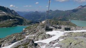 Telesilla encima de Weissee y de los lagos Tauernmoosee, Austria almacen de metraje de vídeo