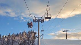 Telesilla que coge a esquiadores almacen de video