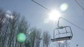 Telesilla vacía del esquí contra el sol almacen de metraje de vídeo
