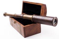 Teleskop auf Kasten stockfotografie