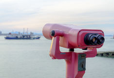Teleskop binokular an der Küste Stockfoto