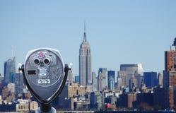 Teleskop, das Manhattan-Skyline übersieht stockbild