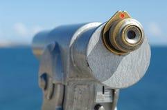 Teleskop an der Küstenlinie stockfoto