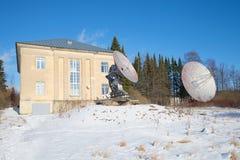 Teleskop för radio två på byggnaden av den astrophysical observatoriet av den ryska akademin av vetenskaper Sain arkivbilder