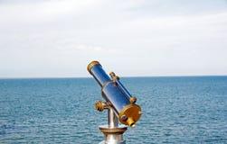 Teleskop gehandhabt in Richtung zum Horizont Lizenzfreie Stockfotos