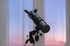 Teleskop im Hintergrund eines Fensters lizenzfreie stockbilder