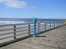 Teleskop på pir på den Pismo stranden Arkivbild