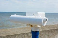 Teleskop på sjösidapromenad. Royaltyfri Fotografi
