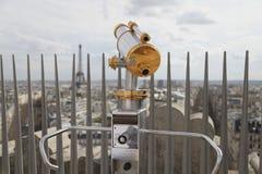 Teleskop som förbiser för Paris. Sikt för Eiffeltorn Arkivfoto