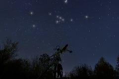 Teleskop und wirklicher nächtlicher Himmel Stier im wirklichen nächtlichen Himmel, Stockbilder