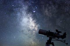 Teleskop w gwiaździstej nocy Milky sposób i teleskop astronomia fotografia royalty free