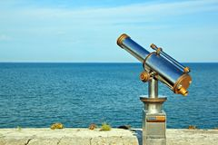 Teleskop wskazujący przy oceanem Fotografia Royalty Free