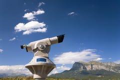 Teleskop z ogólnymi szczytów widokami Cinca i aron rzeki od Ainsa, Huesca, Hiszpania w Pyrenees górach, stary izolujący miasteczk Fotografia Stock