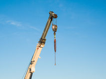Teleskopausleger eines LKWs brachte Kran mit Haken an Stockbilder