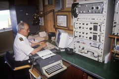 Teletechniczny oficer na promu Bluenose pracuje w teletechnicznym pokoju, Maine Zdjęcia Royalty Free