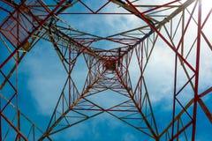 Teletechniczny wierza z pięknym niebieskim niebem - wglądu spojrzenie obraz royalty free