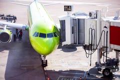 Teletrap пассажира строба авиапорта около самолета Стоковая Фотография