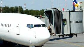 Teletrap se mueve al avión en el aeropuerto almacen de video