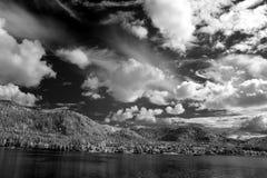 在海岸Teletskoe湖,阿尔泰状态自然Biospheric储备 免版税库存照片