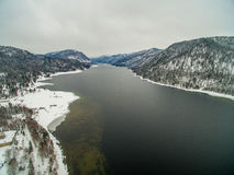 Teletskoye湖在冬天 通风 免版税图库摄影