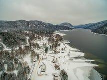 Teletskoye湖在冬天 通风 免版税库存照片
