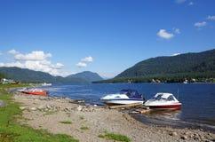 Teletskoye湖的海岸 库存图片