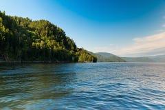 Teletskoye湖被保护的山的美丽的景色  图库摄影