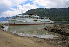 在Teletskoye湖阿尔泰山的,俄罗斯的老小船 库存照片
