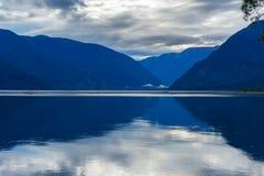 Teletskoyemeer in de ochtend Mening van zuidelijke kust Altairepubliek Rusland Royalty-vrije Stock Afbeeldingen