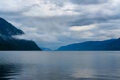 Teletskoyemeer in de ochtend Mening van zuidelijke kust Altairepubliek Rusland Royalty-vrije Stock Fotografie