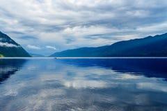 Teletskoyemeer in de ochtend Mening van zuidelijke kust Altairepubliek Rusland Royalty-vrije Stock Foto