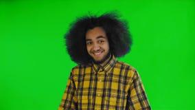 Teleurgesteld afro Amerikaans mannetje dat facepalm gebaar doet tegen het groene scherm of chroma zeer belangrijke achtergrond Co stock videobeelden